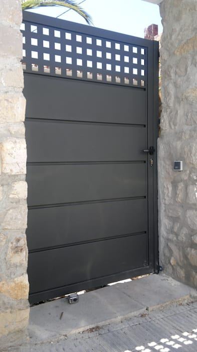 PUERTA PEATONAL Puertas y ventanas de estilo moderno de CIERRES METALICOS AVILA, S.L. Moderno
