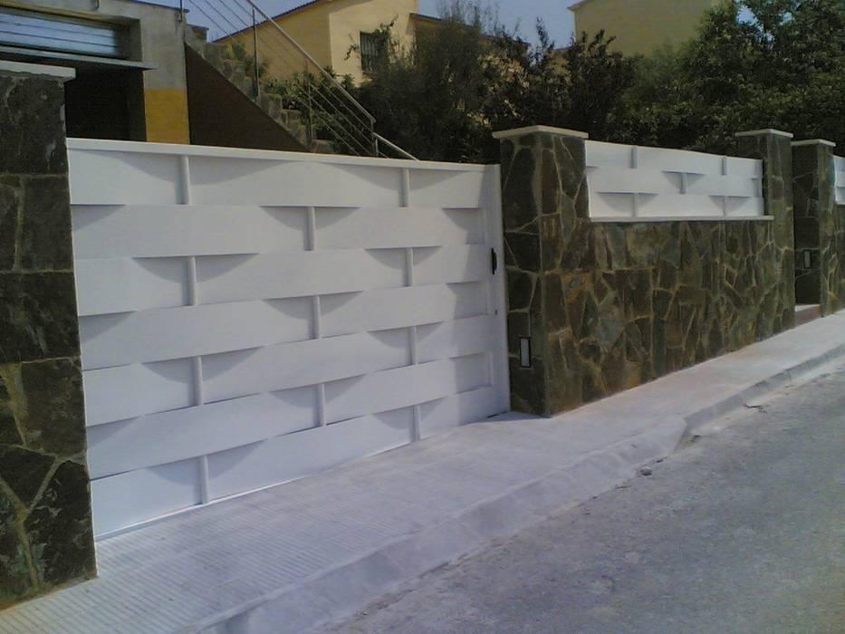 PUERTA CORREDERA: Puertas de garaje de estilo  de CIERRES METALICOS AVILA, S.L.