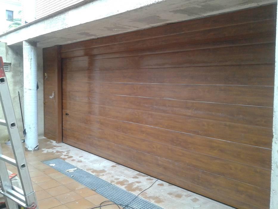 Portones de estilo por cierres metalicos avila s l homify for Puertas imitacion madera exterior