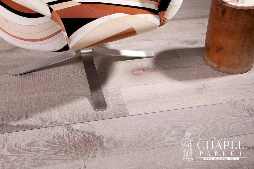 Dębowa podłoga Chapel Hermitage, kolor Podwójnie Przyciemniany Biały: styl , w kategorii Salon zaprojektowany przez Chapel Parket Polska