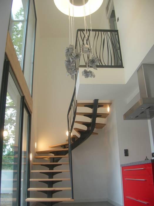 escalier 2/4 tournant: Couloir et hall d'entrée de style  par AMB