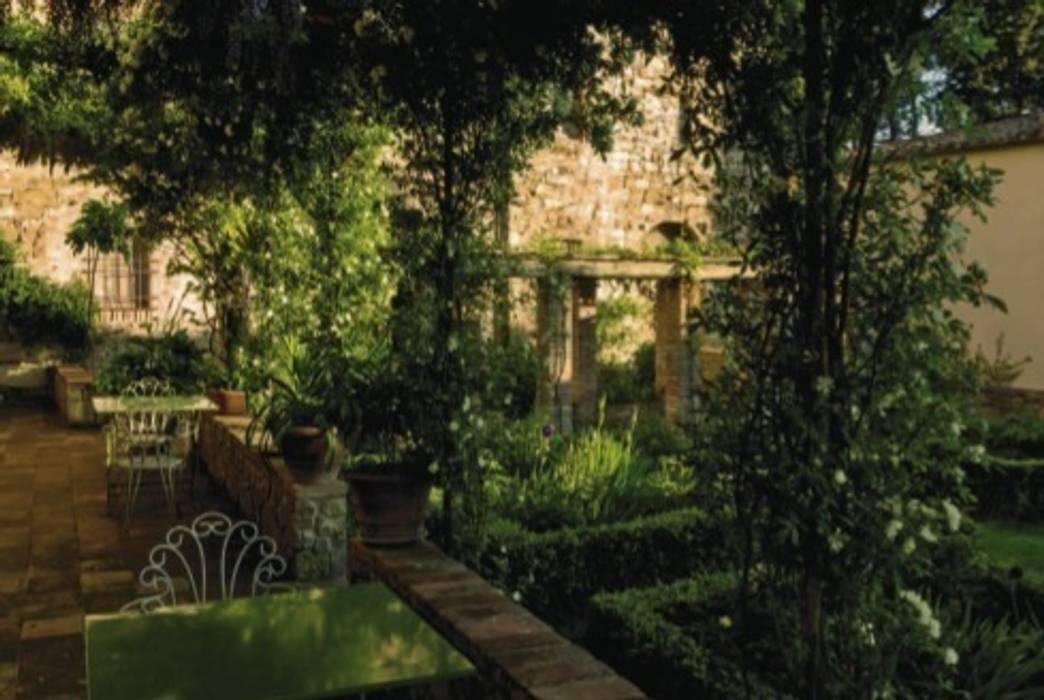 Il giardino: Giardino in stile in stile Mediterraneo di Studio Mazzei Architetti