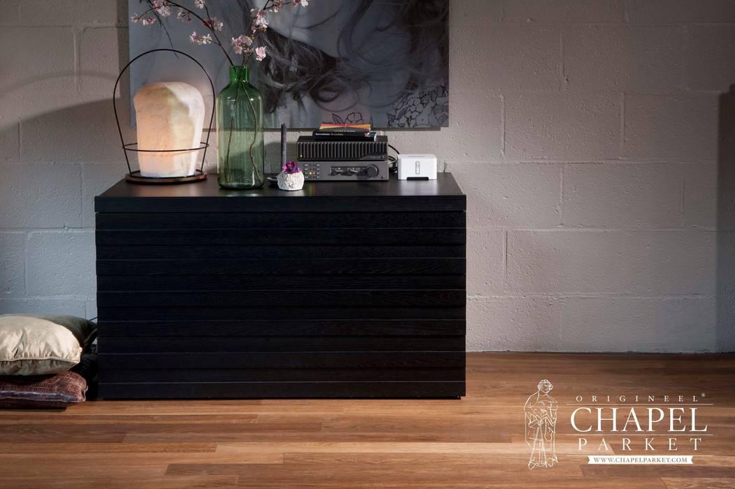 Dębowa podłoga Chapel Parket, kolor Podwójnie przyciemniany: styl , w kategorii Salon zaprojektowany przez Chapel Parket Polska