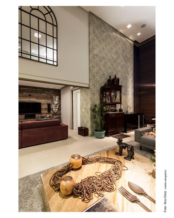 Sala de estar integrando o home theater Salas multimídia campestres por Arquitetura 3 Campestre