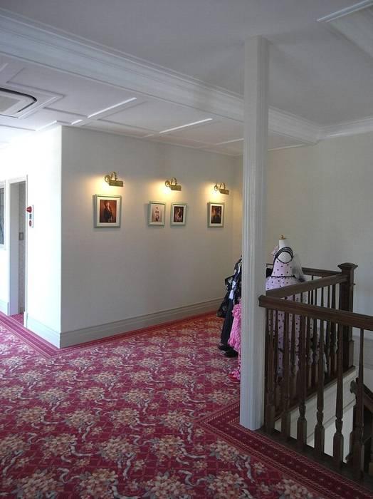 2階待合ホール: アトリエ優 一級建築士事務所が手掛けた廊下 & 玄関です。,クラシック