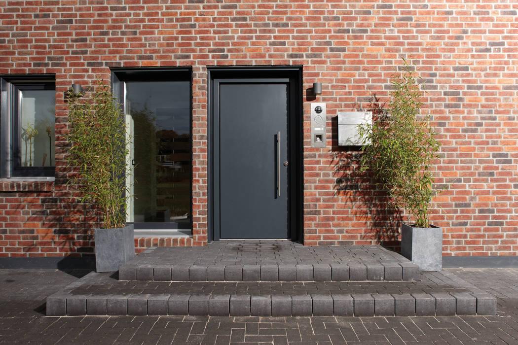 AVEO - Die Haustür und ein Lichtband von homify Modern