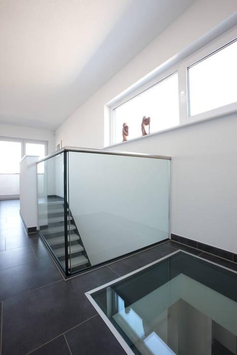 現代風玄關、走廊與階梯 根據 FingerHaus GmbH - Bauunternehmen in Frankenberg (Eder) 現代風