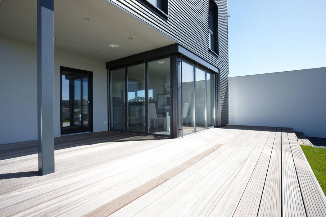 ARCHITEKTUR TREND - Ein direkter Zugang zur großen Terrasse:  Wintergarten von FingerHaus GmbH - Bauunternehmen in Frankenberg (Eder)