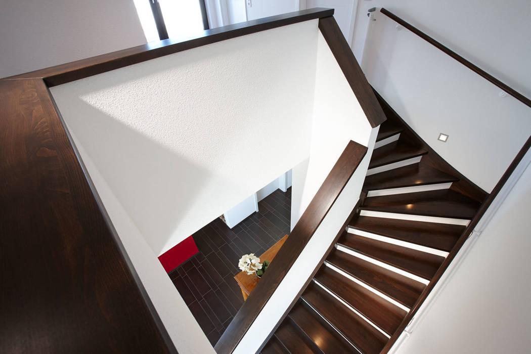 Коридор, прихожая и лестница в модерн стиле от FingerHaus GmbH - Bauunternehmen in Frankenberg (Eder) Модерн