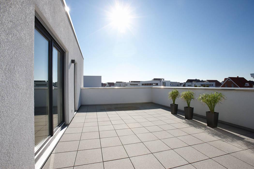 Балкон и терраса в стиле модерн от FingerHaus GmbH - Bauunternehmen in Frankenberg (Eder) Модерн