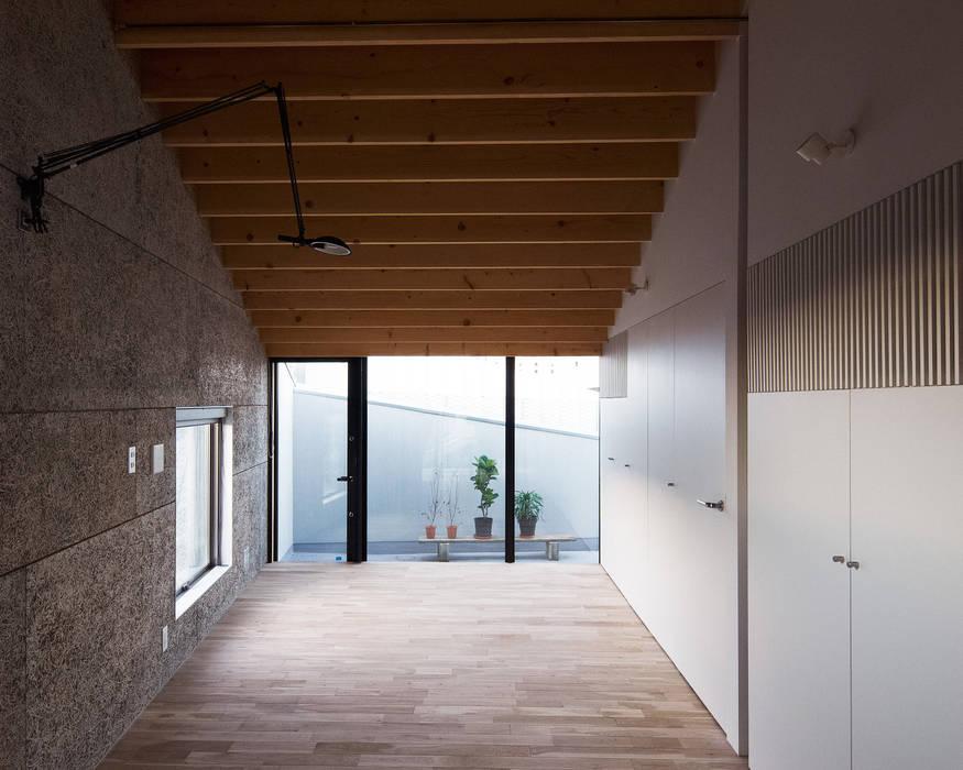 Paredes y pisos de estilo moderno de atelier CHOCOLATE Moderno