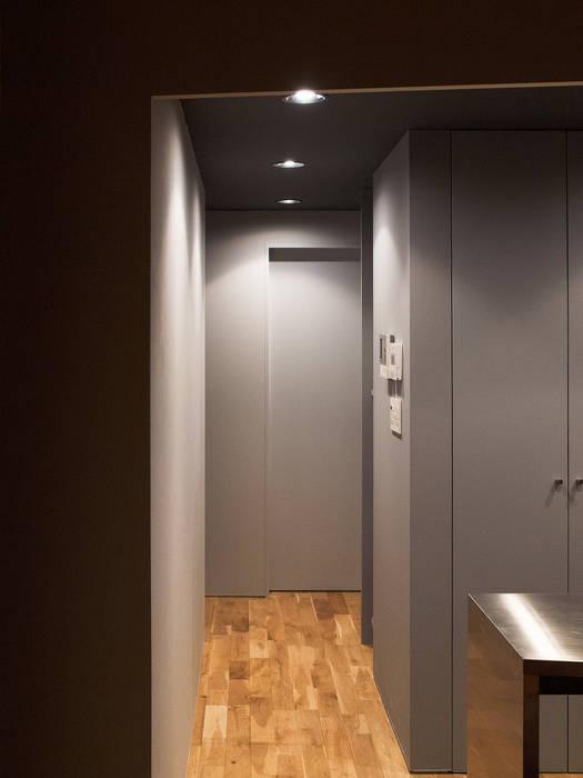 Pasillos, vestíbulos y escaleras de estilo moderno de atelier CHOCOLATE Moderno