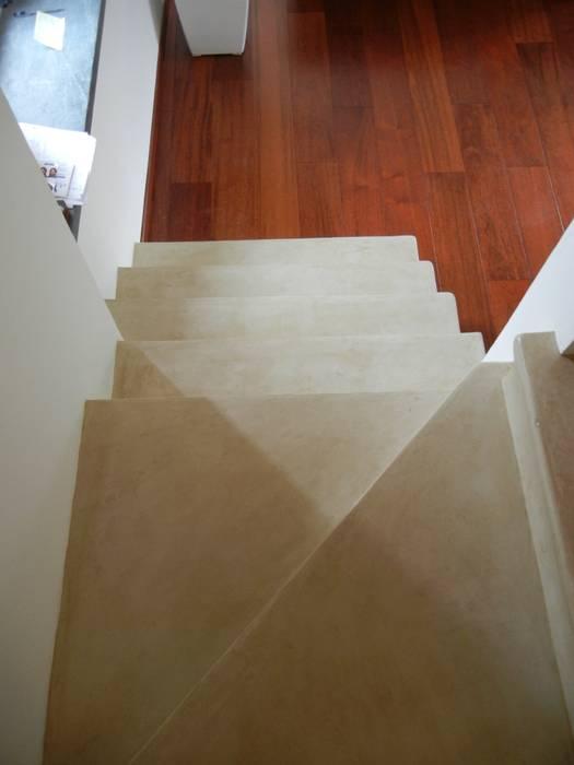 Rivestimento continuo della scala in muratura: Ingresso & Corridoio in stile  di Tadelakt keloe