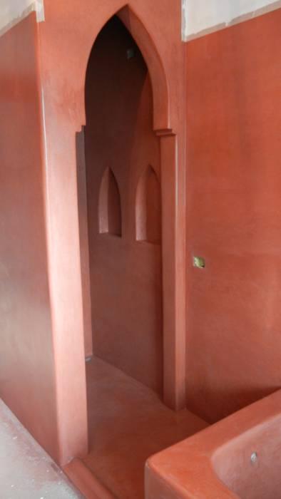 Sala da Bagno in Tadelakt Rosso Marrakech: Bagno in stile in stile Mediterraneo di Tadelakt keloe