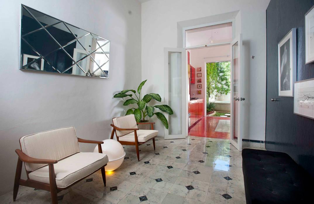 Modern corridor, hallway & stairs by Taller Estilo Arquitectura Modern