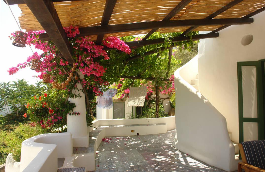 Casa di Panarea: Terrazza in stile  di Studio di Architettura Manuela Zecca,