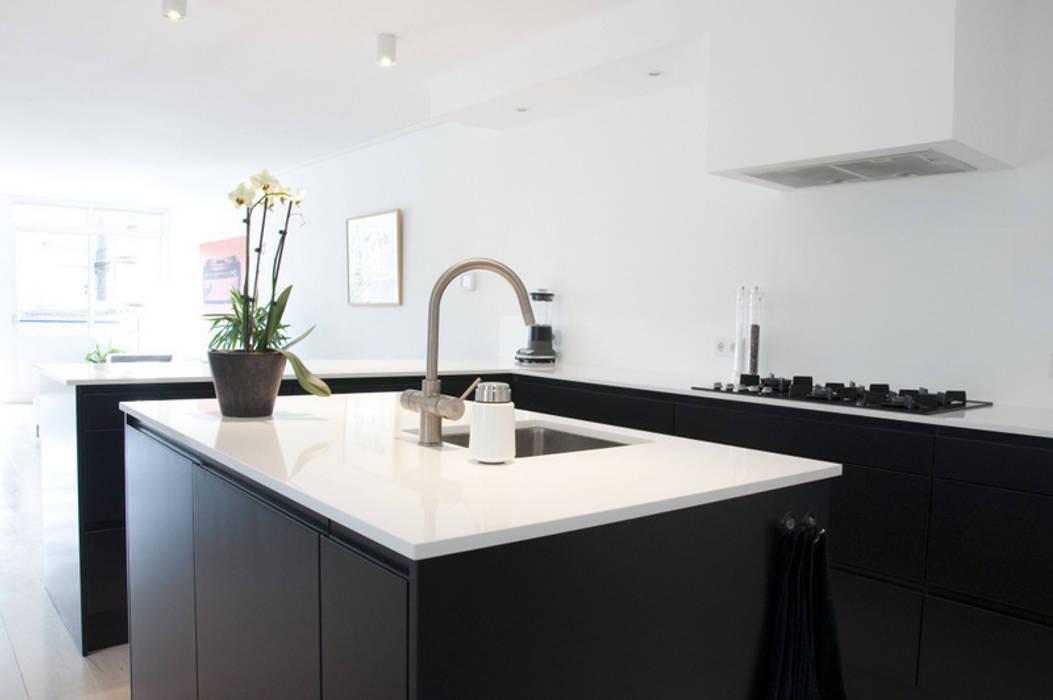 black & white kitchen: modern  door INspirazia, Modern