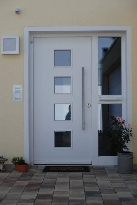 Jendela oleh WUNSCHhaus - die innovative Wohnbau GmbH, Klasik