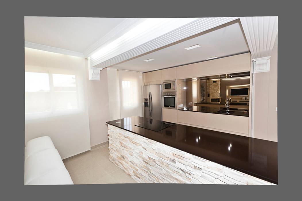 Molduras en el techo Cocinas de estilo clásico de AZD Diseño Interior Clásico