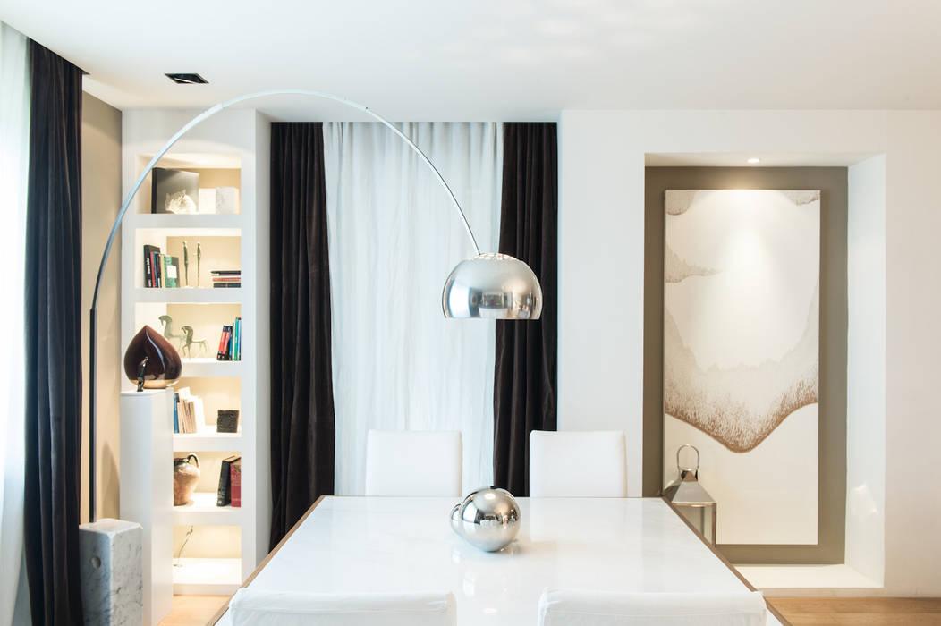 Zona pranzo open space: Sala da pranzo in stile in stile Moderno di Ernesto Fusco