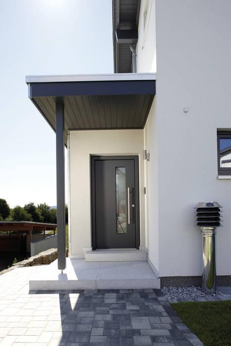 Puertas de entrada de estilo  por FingerHaus GmbH - Bauunternehmen in Frankenberg (Eder)