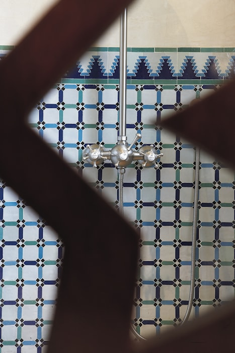 Détail du Mélangeur de douche mural complet : Salle de bains de style  par HORUS
