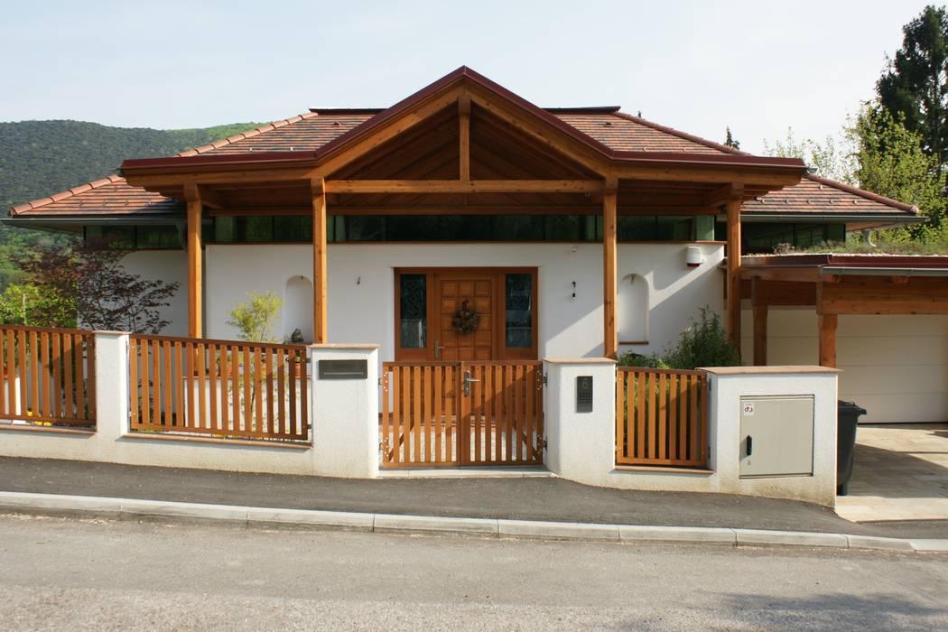 Puertas y ventanas de estilo rural de Architektur und Geomantie Rural