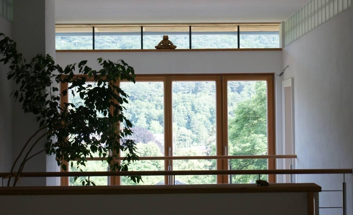 Durchblick Flur, Diele & Treppenhaus im Landhausstil von Architektur und Geomantie Landhaus