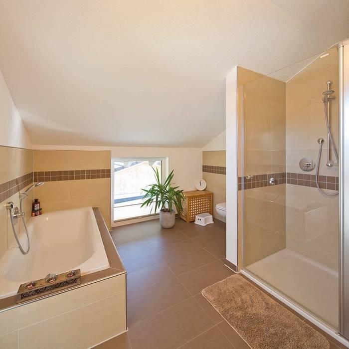 Bathroom by FingerHaus GmbH - Bauunternehmen in Frankenberg (Eder), Country