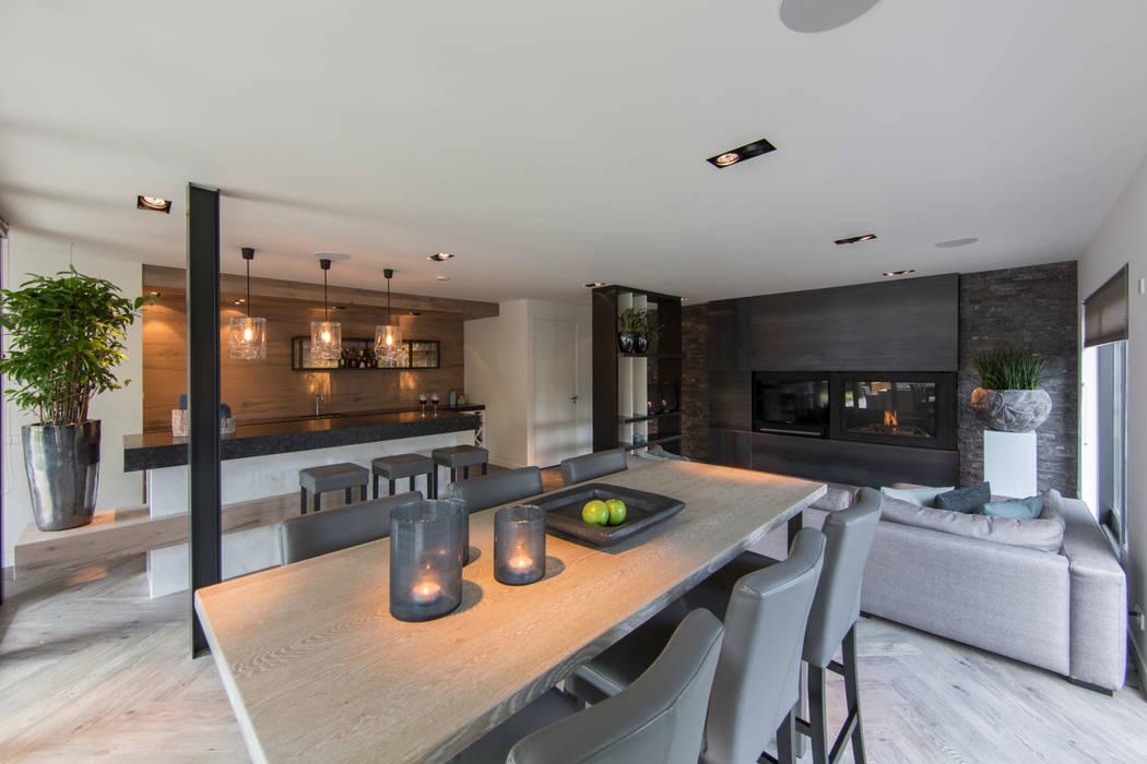 Tuin-Lounge met hoge zit:  Woonkamer door Medie Interieurarchitectuur