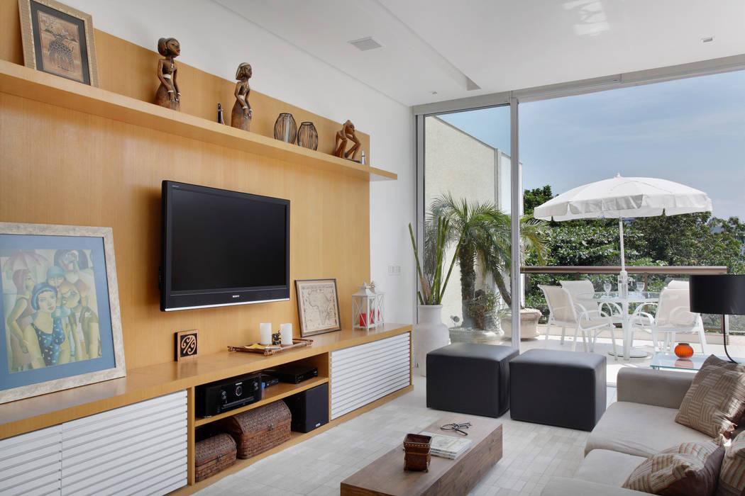 Salas / recibidores de estilo  por Carolina Mendonça Projetos de Arquitetura e Interiores LTDA,