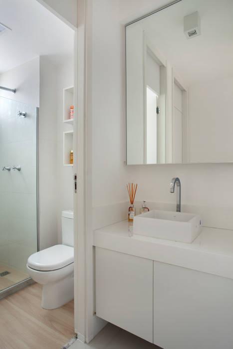 Apartamento pequeno Banheiros modernos por Carolina Mendonça Projetos de Arquitetura e Interiores LTDA Moderno