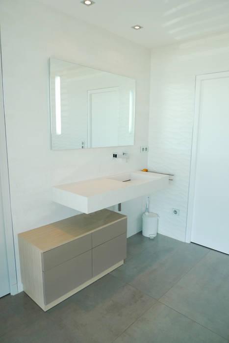 Villa C.: Salle de bains de style  par RB CONCEPT