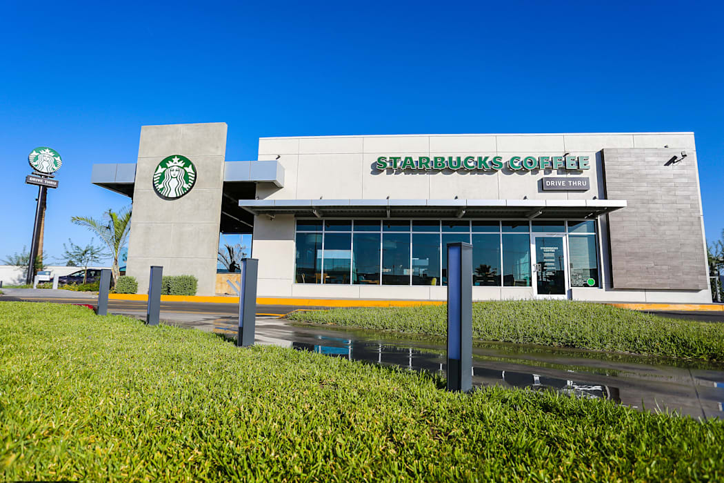 STARBUCKS COFFEE MEXICALI,MEXICO: Centros Comerciales de estilo  por Grupo HEER arquitectura + contruccion, Moderno