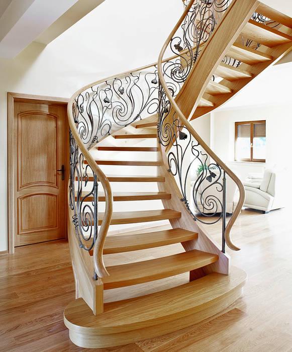 ST470 Schody klasyczne dębowe z ręcznie kutą stalową balustradą / ST470 Classical Stairs with hand-wrought steel balustrades: styl , w kategorii Korytarz, przedpokój zaprojektowany przez Trąbczyński