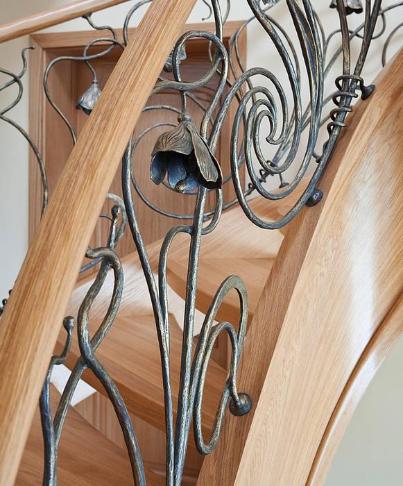 ST470 Schody klasyczne dębowe z ręcznie kutą stalową balustradą / ST470 Classical Stairs with hand-wrought steel balustrades Klasyczny korytarz, przedpokój i schody od Trąbczyński Klasyczny