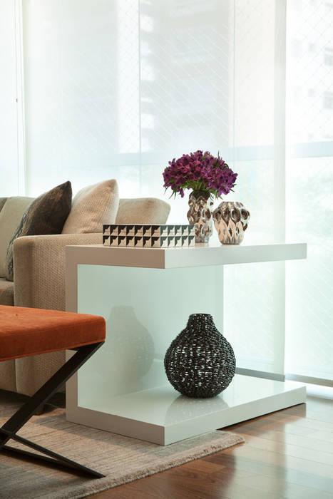Mesa lateral decorada Salas de estar modernas por Liliana Zenaro Interiores Moderno Madeira Efeito de madeira