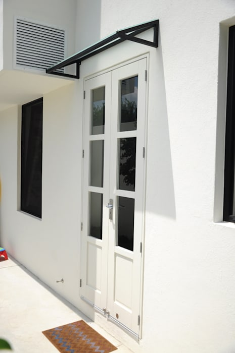 Puerta ingreso : Casas de estilo  por Mediamadera, Industrial Madera Acabado en madera