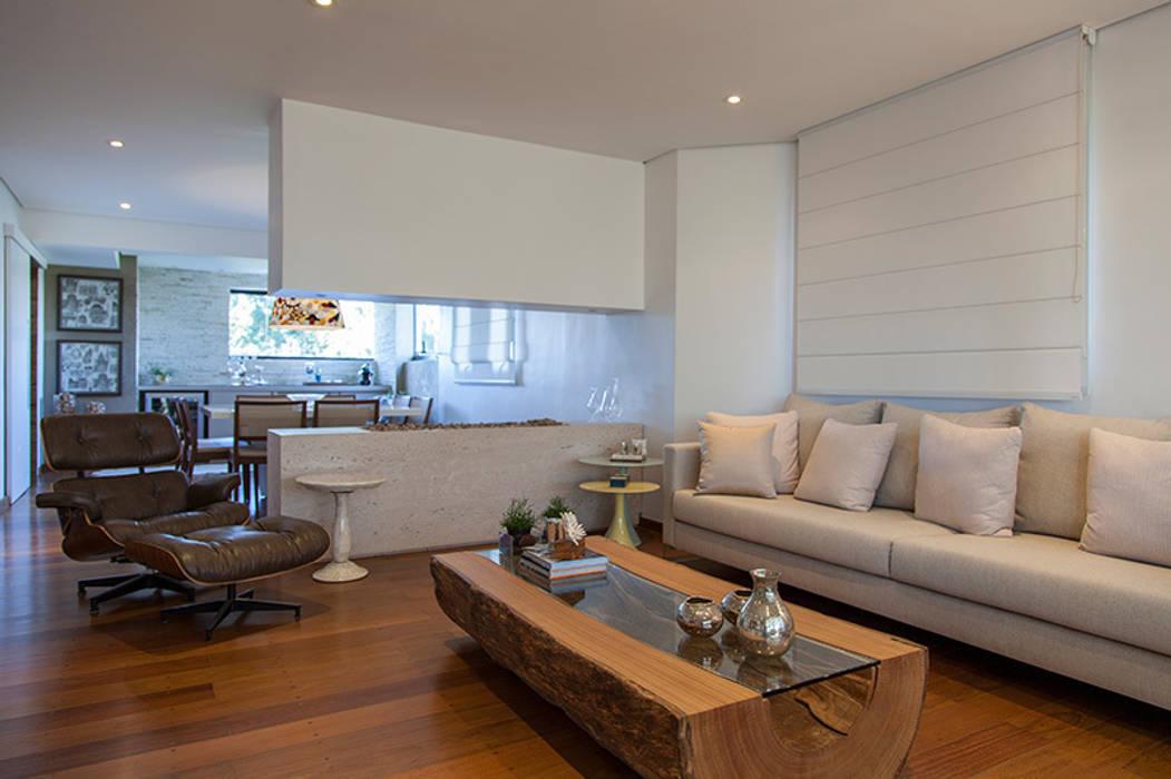 Madeira em pauta para um casal que adora receber Salas de estar rústicas por Helô Marques Associados Rústico