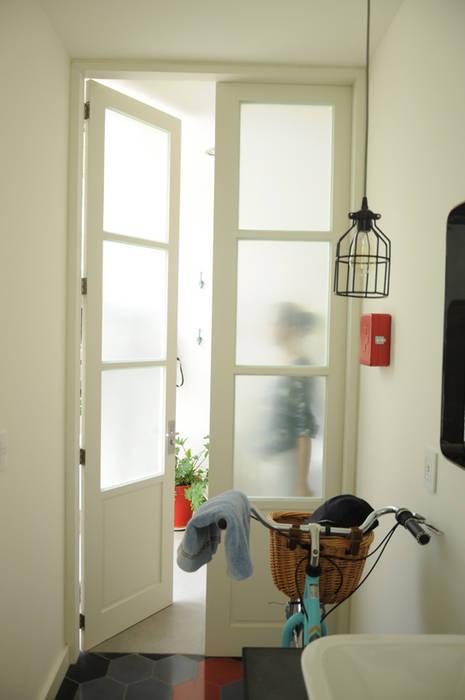 Puerta baño: Baños de estilo  por Mediamadera, Industrial Madera Acabado en madera