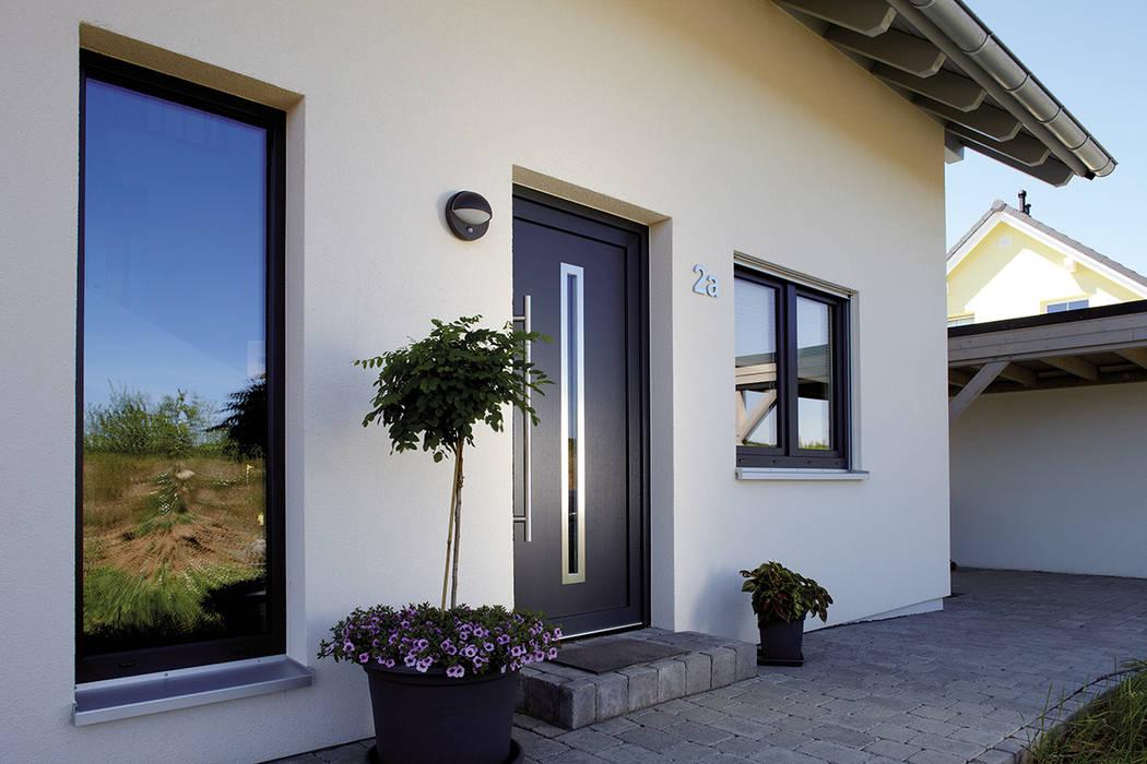 Puertas de entrada de estilo  de FingerHaus GmbH - Bauunternehmen in Frankenberg (Eder), Moderno