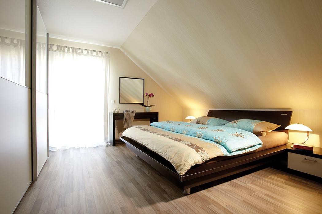 Phòng ngủ phong cách hiện đại bởi FingerHaus GmbH - Bauunternehmen in Frankenberg (Eder) Hiện đại