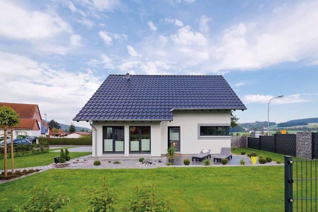 VIO 302 - Traufansicht mit Garten und Terrasse:  Fertighaus von FingerHaus GmbH - Bauunternehmen in Frankenberg (Eder),