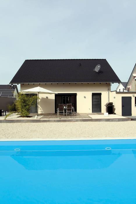 VIO 302 - Terrasse mit Pool von FingerHaus GmbH - Bauunternehmen in Frankenberg (Eder) Modern