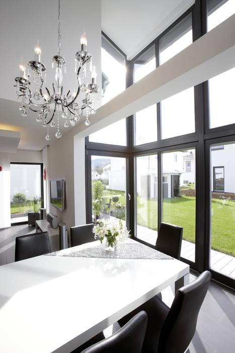 Frei geplantes Kundenhaus - Essbereich im Wintergarten FingerHaus GmbH - Bauunternehmen in Frankenberg (Eder) Moderne Esszimmer