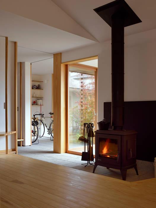 Salones de estilo moderno de 松原正明建築設計室 Moderno