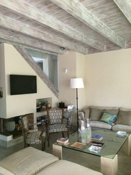 Salón con chimenea: Salones de estilo rústico de DE DIEGO ZUAZO ARQUITECTOS