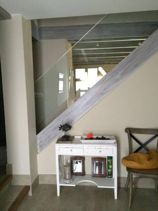 Escalera desde el salón: Salones de estilo rústico de DE DIEGO ZUAZO ARQUITECTOS