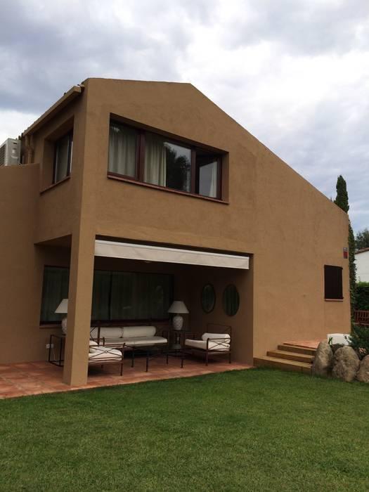 Fachada posterior al jardín. Porche: Casas de estilo rústico de DE DIEGO ZUAZO ARQUITECTOS