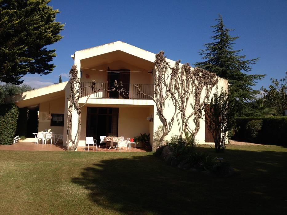 Fachada posterior al jardín:  de estilo  de DE DIEGO ZUAZO ARQUITECTOS